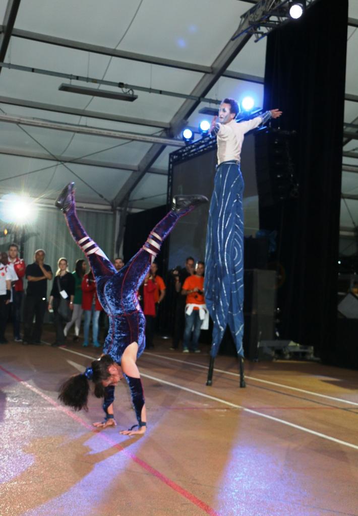 duo d'acrobate sur echasse