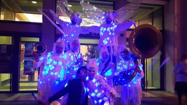 spectacle de rue lumineux avec musiciens