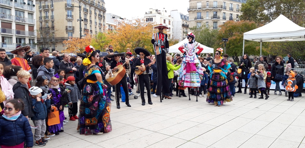 spectacle de rue mexicain sur le thème d'halloween