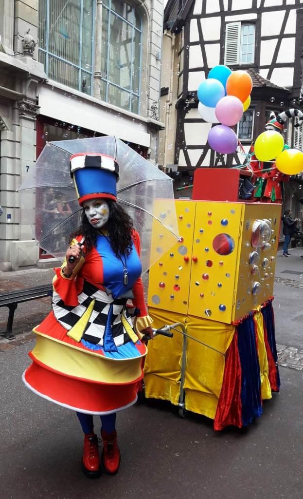 spectacle de rue sonorisé coloré avec machine a bulle