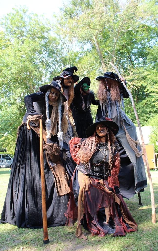 spectacle de rue sorcières sur le thème d'halloween