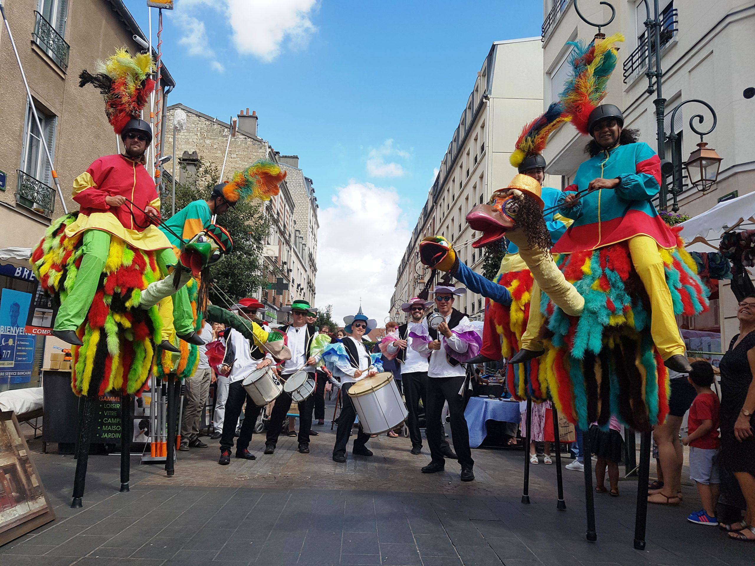 spectacle de rue echassier avec musicien batucada