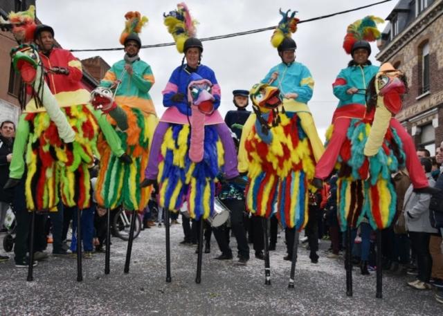 spectacle de rue avec echassier autruche pour carnaval