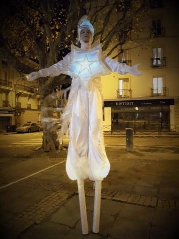 spectacle de rue avec echassier blanc lumineux