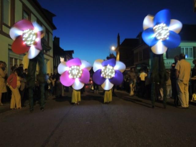 spectacle de rue lumineux avec danseuses et echassiers