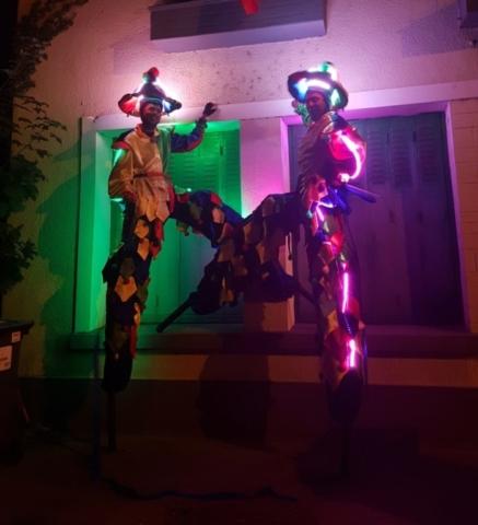 spectacle de rue avec echassier lumineux