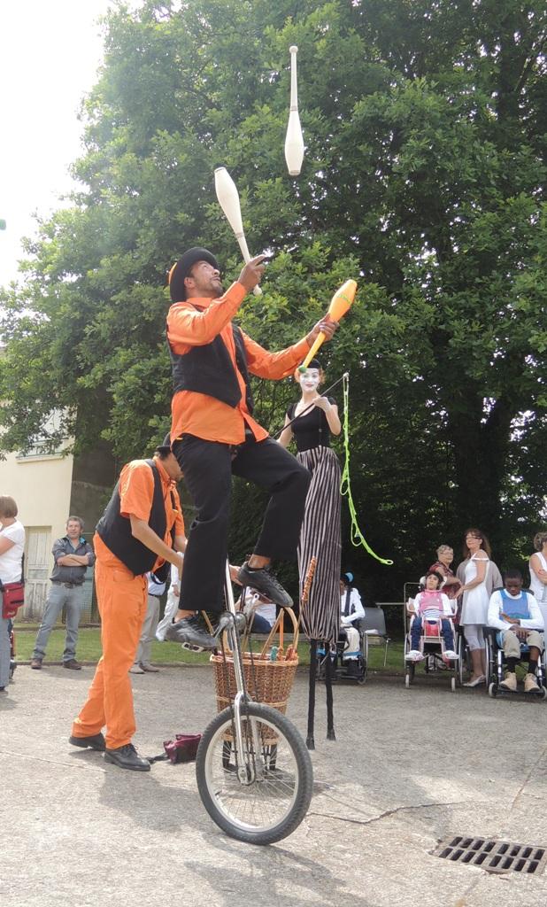 spectacle de rue monocycle jonglerie