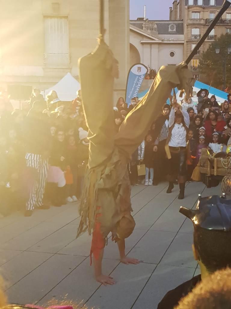 spectacle de rue pirates avec echassier acrobate