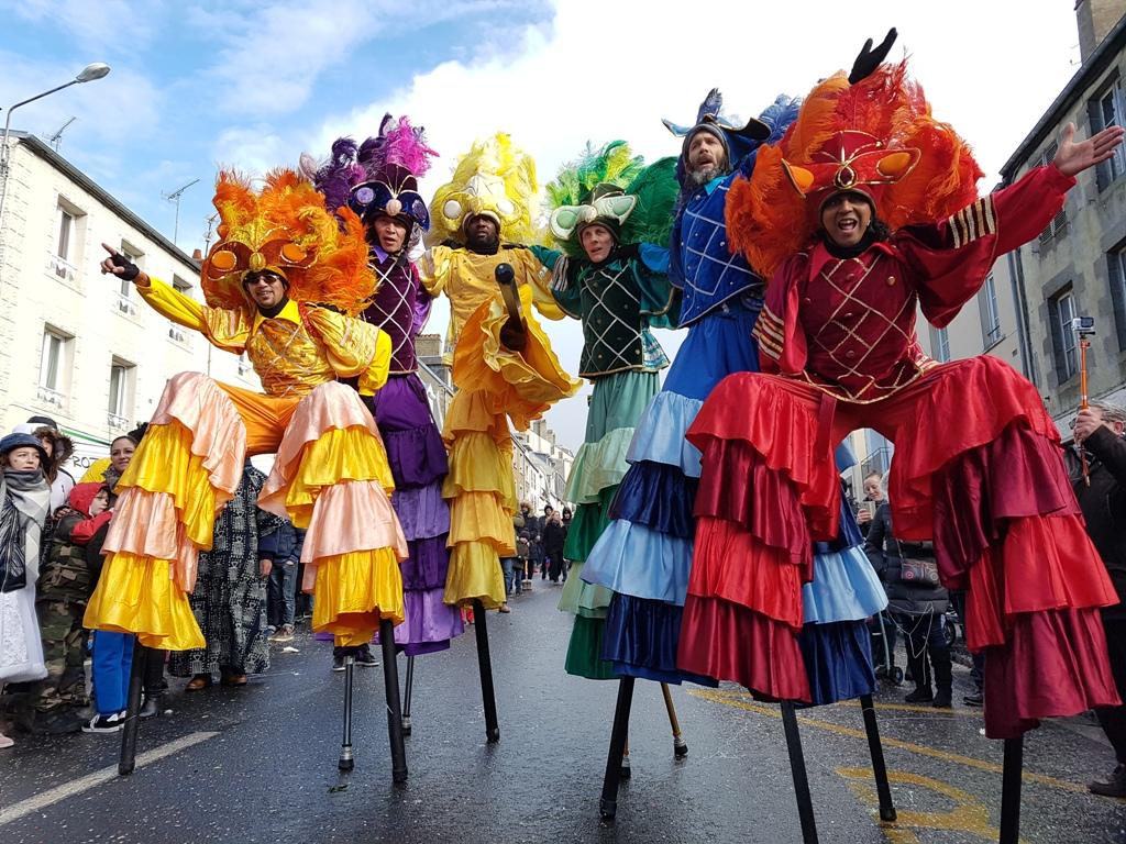 spectacle pour carnaval avec echassier danseur bresilien